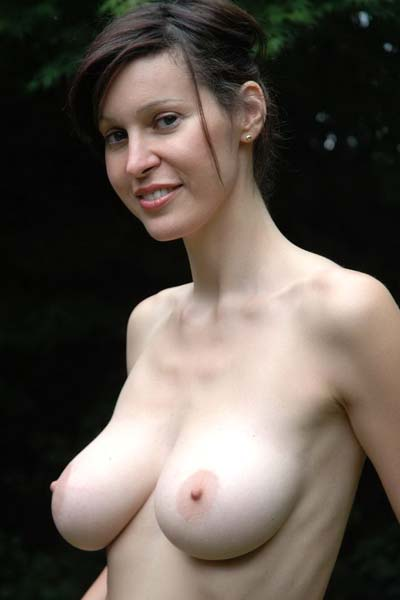 Model Amanda in Do you like her hot natural tits